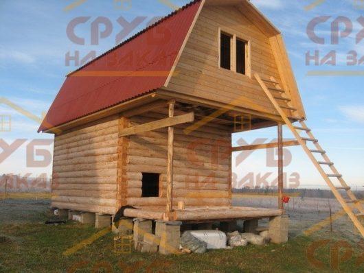 Сруб дома 4 на 4 с верандой и ломаной крышей