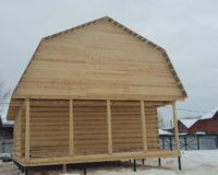 Сруб дома 6 на 6 с верандой и ломаной крышей