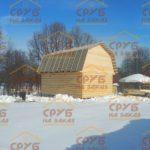 сруб дома 6 на 8 с ломанной крышей рубленный в лапу (1)